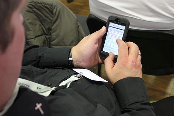 Mit der Hilfe von Smartphones konnten sich die Besucherinnen und Besucher am Gottesdienstgeschehen beteiligen.