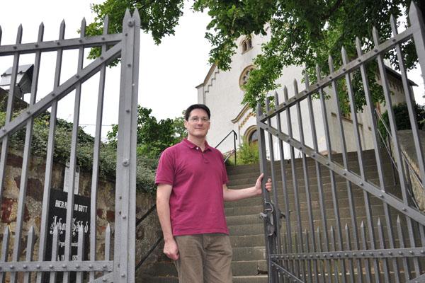 Presbyter Andrzej Theobald kümmert sich um die Martinskirche in Waldlaubersheim, Das Gotteshaus ist gleichzeitig Autobahnkirche und Gemeindekirche der Kirchengemeinde Stromberg im evangelischen Kirchenkreis An Nahe und Glan.