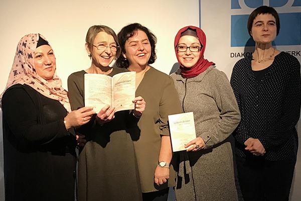 Bei der Buchvorstellung: Autorin Carola Stahl (2. Von links) und Petra Junk (rechts) mit Frauen, die ihre Geschichte erzählt haben.