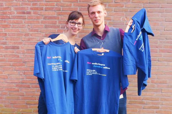 """""""Mut aufbringen – Frieden stiften"""": Blaue T-Shirts mit Friedensthesen gab es auf der Frühjahrskonferenz der Evangelischen Jugend im Rheinland."""