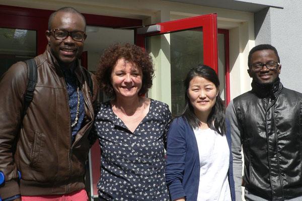 STUBE Rheinland: Kornelia von Kaisenberg (zweite von liks) mit internationalen Studierenden.