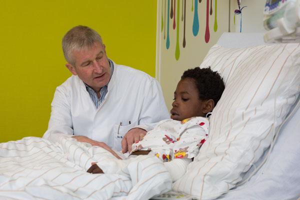 Dank der Spenden der Förderstiftung der Kaiserswerther Diakonie konnte Kinderchirurg Dr. Bertram Reingruber mit seinem Team dem kleinen Pedro aus Angola helfen. (Foto: Frank Elschner)