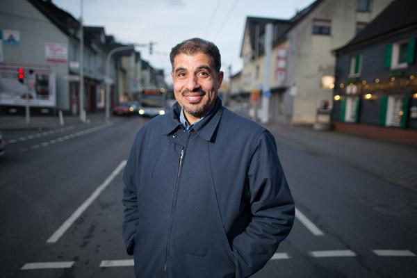 Deutsch lernen und dabei Vorurteile abbauen: Der syrische Arzt Abed Alkhalfa bringt in seinem Solinger Viertel Anwohner und Flüchtlinge miteinander ins Gespräch.