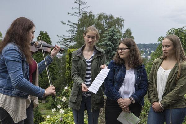 Die Schülerinnen und Schüler des Carl-Duisberg-Gymnasiums haben die Gedenkfeier organisiert.