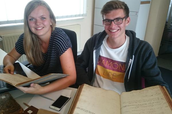 Jugendliche im Archiv bei der Arbeit für den Geschichtswettbewerb. (Foto: Verband kirchlicher Archive / Jens Murken)