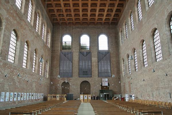 """In der Konstantin Basilika in Trier wird der Kinofilm """"Luther"""" gezeigt und live mit Orchester- und Chormusik begleitet."""