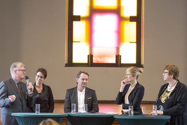 Podiumsdiskussion (von links): Vorstandsvorsitzender Jens Sannig, Beisitzerin Heike Tenberg, Geschäftsführer Jörg Walther, NRW-Familienministerin Christina Kampmann und Vorstandsmitglied Helga Siemens-Weibring.