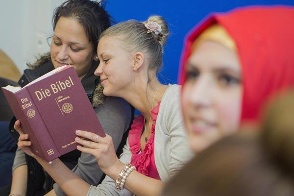 Beim Religionsunterricht wird auch die eigene religöse Sprachfähigkeit geübt. Das erleichtert den konstruktiven Austausch miteinander.