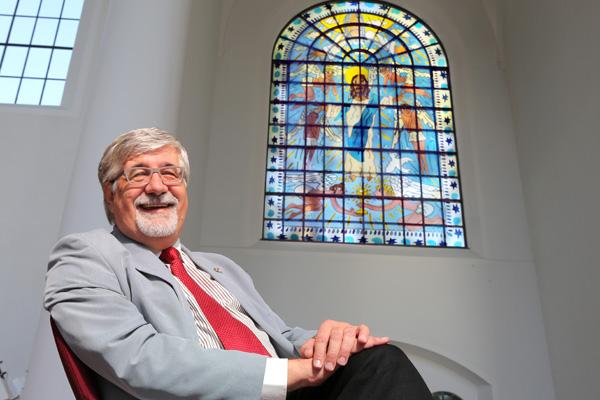 """""""Ich hoffe, dass die Menschen durch diese Fenster die Freude am Leben und am Glauben neu entdecken"""", sagt Pfarrer Steffen Hunder über die Kirchenfenster, auf denen weder Kreuz noch Leid zu sehen ist."""