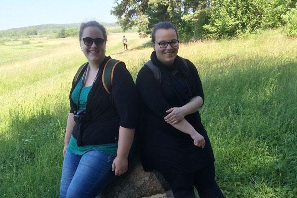 """""""Botschafterinnen des Friedens"""": Der Freiwilligendienst von Wiebke Ensslin und Viktoria Riedel im Heilpädagogischen Zentrum und der Werkstatt geht jetzt zu Ende."""