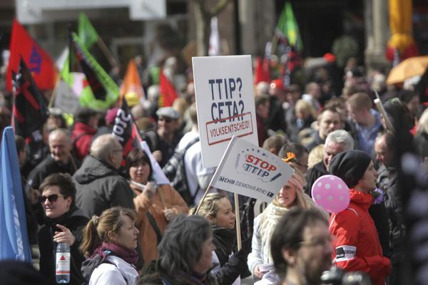 Gegen TTIP gibt es viele Proteste. Die Orientierungshilfe trägt dazu bei, dass sich die Leserinnen und Leser einen Überblick verschaffen und eine eigene Meinung bilden können.