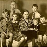 Margarete Schneider 1940 mit ihren sechs Kindern. Ihr Mann Paul war im Sommer 1939 ermordet worden.