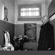 1991 besuchte Margarete Schneider die ehemalige Zelle ihres Mannes im KZ Buchenwald.