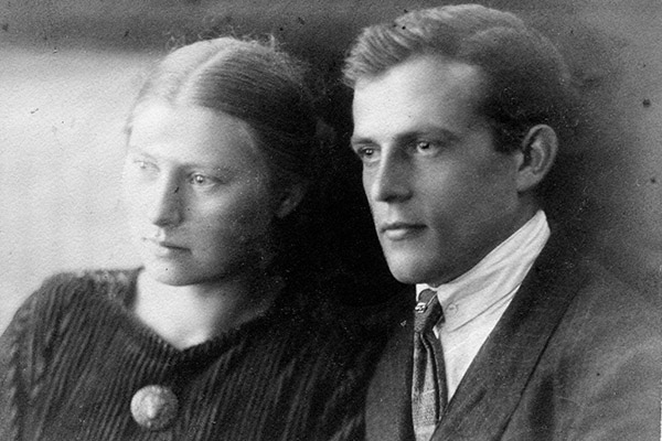 Am 22. Oktober 1922 feiert Margarete Dieterich mit Paul Schneider aus Hochelheim bei Wetzlar Verlobung.