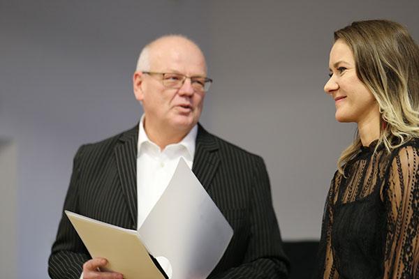 Larissa Gellert ist eine von 31 Schülerinnen und Schülern, die den Abiturpreis Evangelische Religion der rheinischen Kirche erhalten haben. Ihr Religionslehrer Matthias Weichert überreichte die Urkunde bei der Zeugnisübergabe.