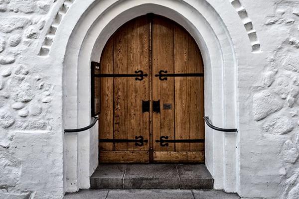 Die Kirchen bleiben zu, aber Gottesdienst wird trotzdem gefeiert.    Foto: ©Jan - stock.adobe.com