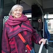 """""""Autofasten ist für mich was Neues"""", sagt Elfriede Kreuz. Sie steigt jetzt öfter in den Bus."""