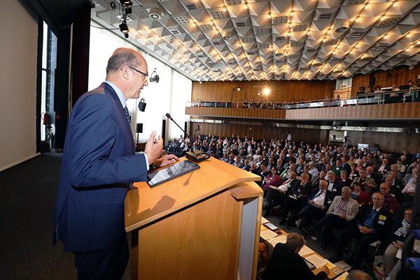 Oberkrichenrat Bernd Baucks hält den Finanzbericht