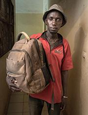 Doudou Sonko (27) aus Gambia mit seinen Habseligkeiten.