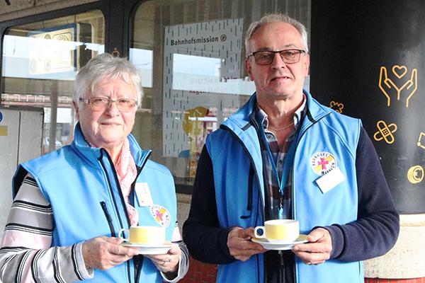 Tina Blasius und Herbert Rauber bitten die Saarländerinnen und Saarländer um eine Kaffeespende für die Bahnhofsmission.