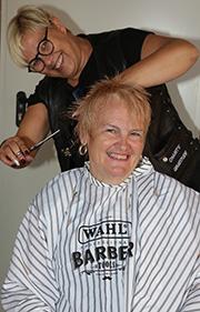 Marion Herm freut sich über den flotten Kurzhaarschnitt von Barber Angel Janine.