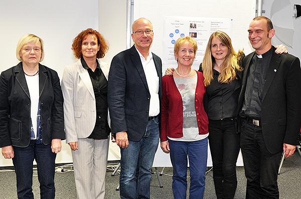 Vom Erfolg überzeugt: Prof. Dr. Ulrike Baumann (v.l.), das Take-Care-Team Claudia Ohles, Pfarrer Peter Gottke, Ingrid Gerhards, Pfarrerin Eva Zoske und Initiator Pfarrer Albrecht Roebke.
