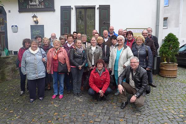 Besuch von den Partnerinnen und Partnern in Kirchen im Jahr 2016. Gruppenbild mit Pfarrer Eckhard Dierig (vorne rechts).