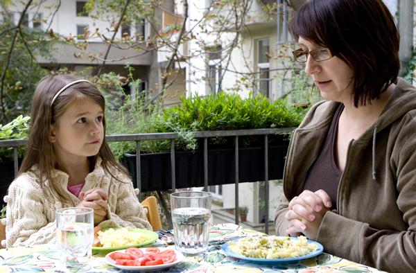 Glauben leben mitten im Alltag: Tischgebet.