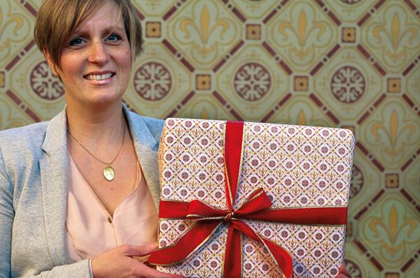 Designerin Ina von Rumohr mit einerm der Geschenkpapiere aus den Wandmustern der Alten Evangelischen Kirche Bornheim (Foto: Rumohr).