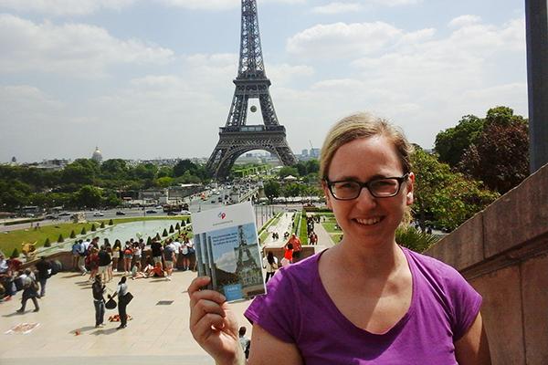 """Britta François, die Programmbeauftragte für das Foyer le Pont, führt auf Spaziergängen durch das """"protestantische Paris""""."""