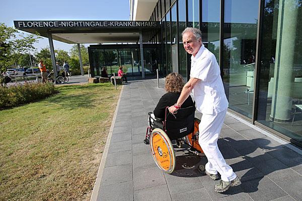 18 Monate lang hat Heiner Dütz Patientinnen und Patienten im Florence-Nightingale-Krankenhaus der Kaiserswerther Diakonie von ihren Krankenzimmern zu Untersuchungen und in den OP transportiert.