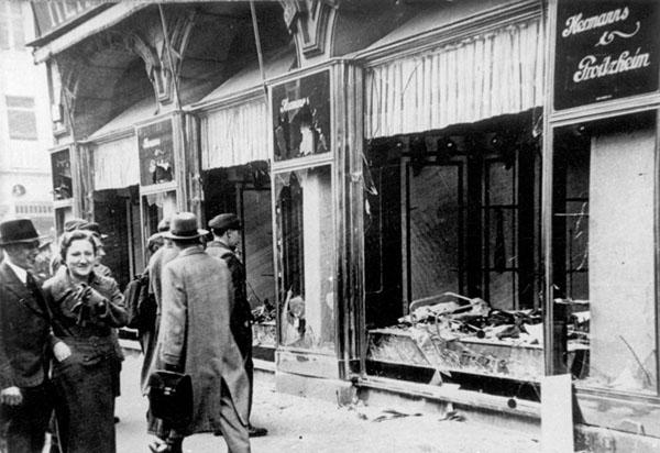Zerstörtes jüdisches Geschäft in Magdeburg. Foto: Bundesarchiv, Bild 146-1970-083-42/CC-BY-SA