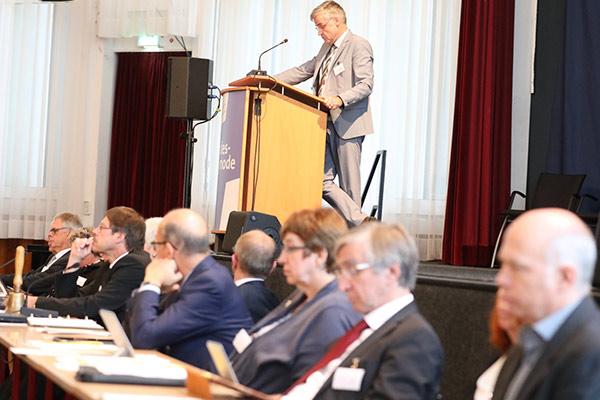 Vizepräsident Dr. Johann Weusmann trägt der Landessynode vor.