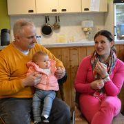 Treffen im Gemeindehaus: Pfarrer Charles Cervigne mit Albana Radisavljević und ihrer Tochter Katharina.
