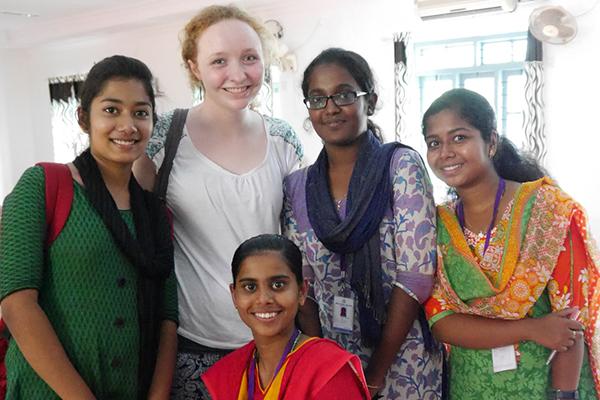Studentin Anne Wächtershäuser mit indischen Kommilitoninnen in Kerala.