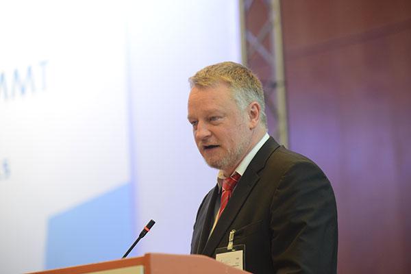 Minister Ulrich Commerçon vor der Landessynode