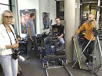 Drehen erfordert Geduld: Teammitglieder im Foyer des Düsseldorfer Landeskirchenamts.