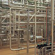Rohrsystem in einer dänischen Molkerei. Foto: Eikon Filmproduktion und Miramonte Film, Falco Seliger