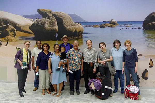 Die Besuchsdelegation der Evangelischen Heilandkirchengemeinde aus Bonn wird von Mitgliedern der Rheinischen Kirche in Südafrika am Flughafen Kapstadt empfangen. In der Mitte Präses Ashley Fransman.