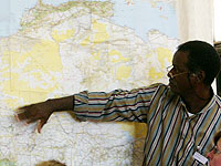 Dr. Mobido Keita aus Bamako vor einer Karte Afrikas