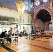 Blick auf den alten Kirchenraum von St. Andrew's und den Anbau.