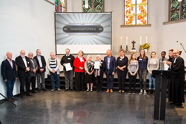 Die Gewinnerinnen und Gewinner des Ehrenamtspreises 2018 mit Präses Manfred Rekowski.