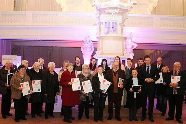 Die Preisträgerinnen und Preisträger des Ehrenamtspreises 2018 mit Ministerpräsident Tobias Hans (4. v. r.). Foto: evks / Stein