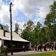 Einzug in die Kirche: Mit Musik und Andacht wurde ihr Wiederaufbau in Kommern gefeiert.