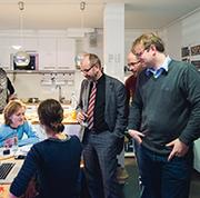 Martin Engels (v.r.), Thomas Becker und Präses Manfred Rekowski im Gespräch mit den Teilnehmenden des Magazinprojekts.