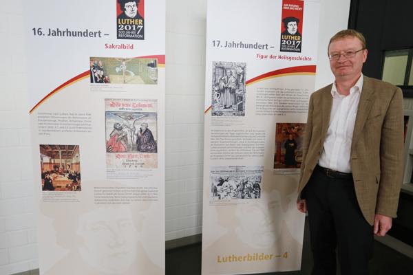 Archiv-Direktor Dr. Stefan Flesch  vor den Ausstellungstafeln im Foyer des Landeskirchenamts in Düsseldorf.