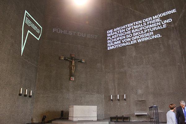 Lichtinstallation zur Austellung 'Fluch und Segen. Kirchen der Moderne' in St. Gertrud in Köln.