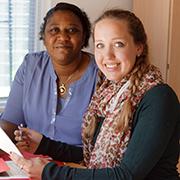 POWER-Mitarbeiterin Jasna Grünwald hilft Joy Imade bei der Jobsuche und Behördengängen.