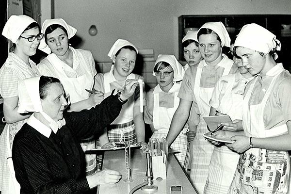 Historische Aufnahme: Nahrungsmittel- und Chemieunterricht um 1955.