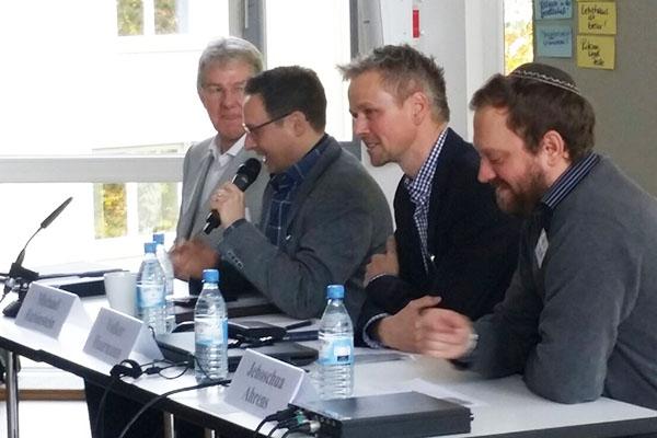 Wie verhält sich menschliches Recht zu Gottes Geboten? Prof. Klaus Müller (v.l.), Michael Rubinstein, Dr. Volker Haarmann und Jehoshua Ahrens.